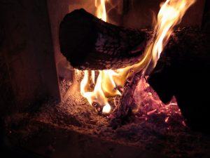 薪の燃えているところ